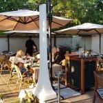 Gradina restaurantului de peste si fructe de mare Mesogios, vara