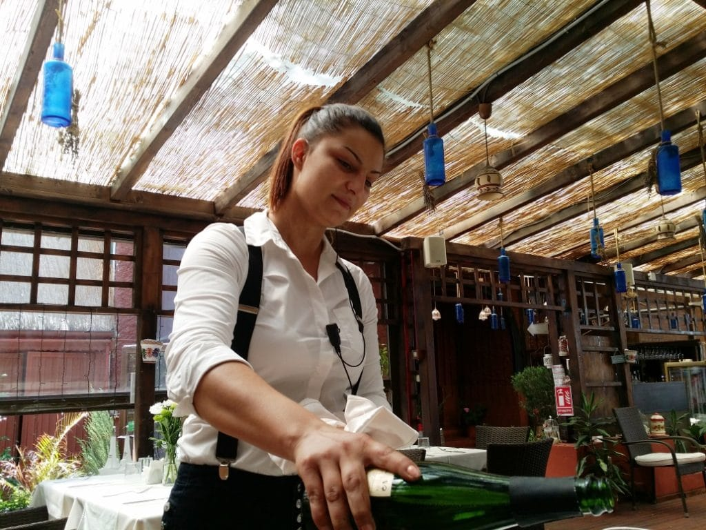 Andreea, chelnerita de la La Finca by Alioli, careia ii place sa fie chelnerita