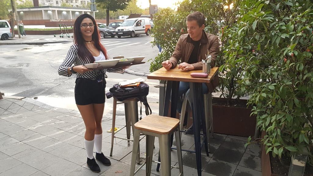 Chelnerita adorabila intr-un restaurant boem si admiratorii ei