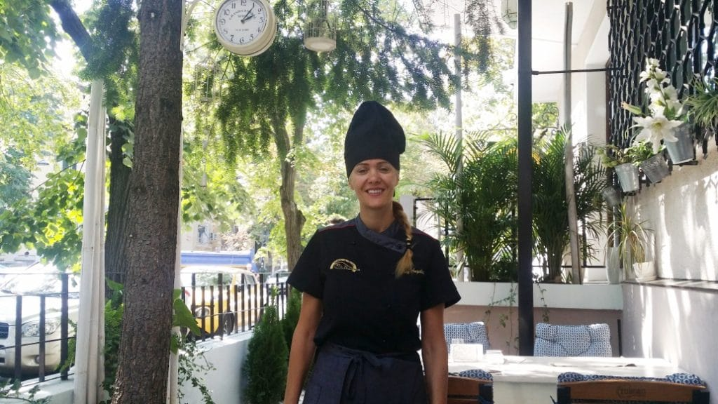 Angelica (Angi), patroana si bucatareasa de la Pata Negra
