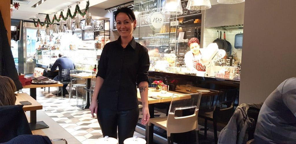 Daniela, chelnerita adorabila de la Sara