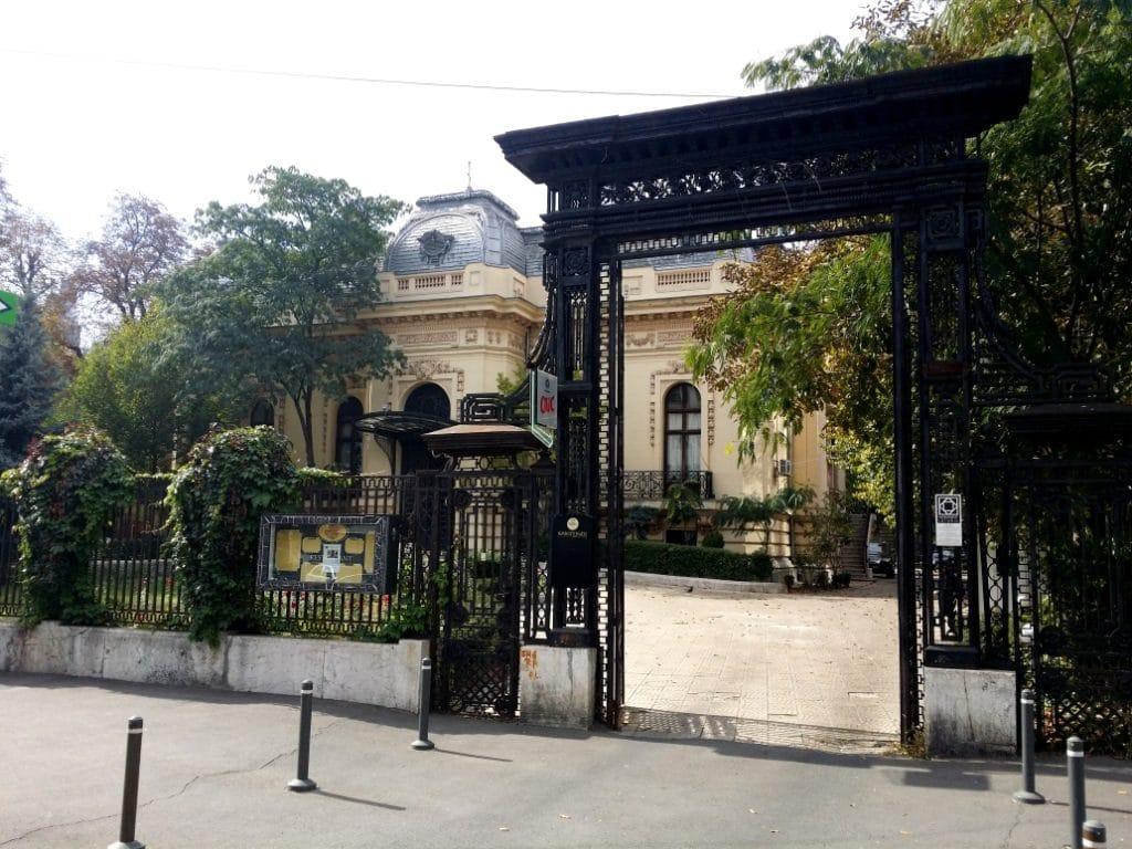 Casa Oamenilor de Stiinta - poarta monumentala