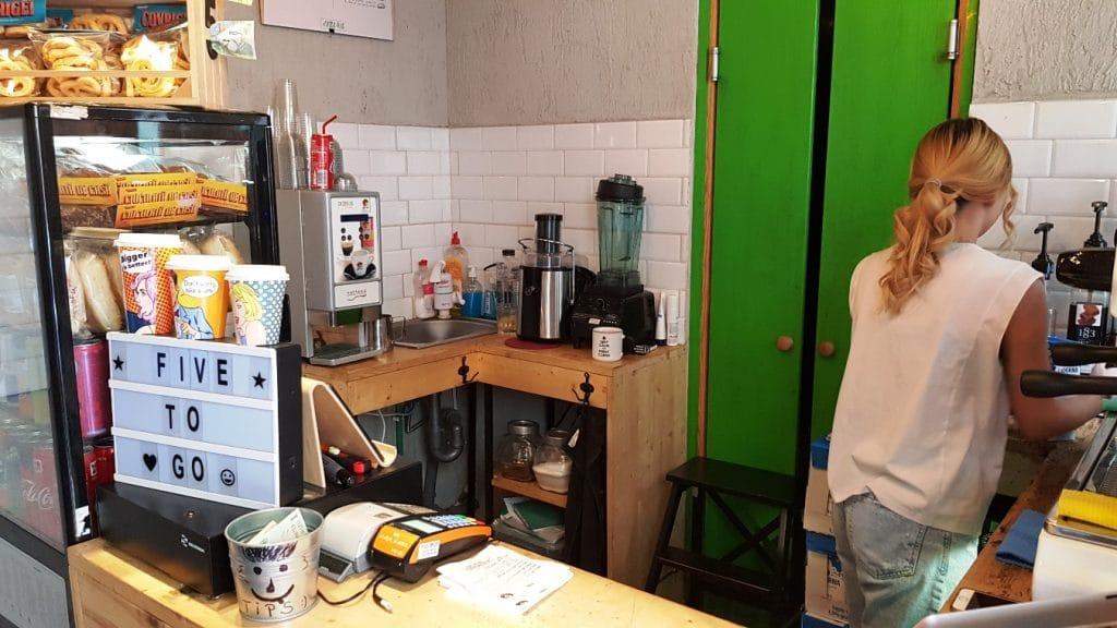 5 to Go Caderea Bastiliei, o cafenea mica si o frumoasa cafegita blonda