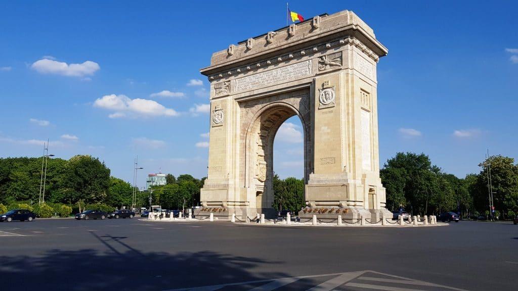 Arcul de Triumf, cu Arc Bakery si restaurantul Il Corso