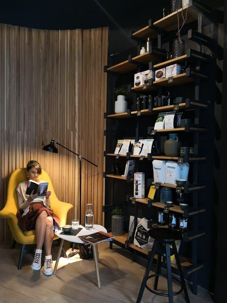 Cititoare la Cafeneaua Meron din Brezoianu