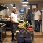 Cheful Cucinetta gatind in bucatarie