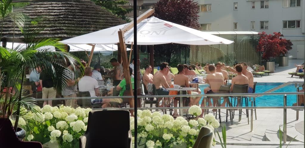 Terasa cu piscina a hotelului Radisson Blu din Bucuresti